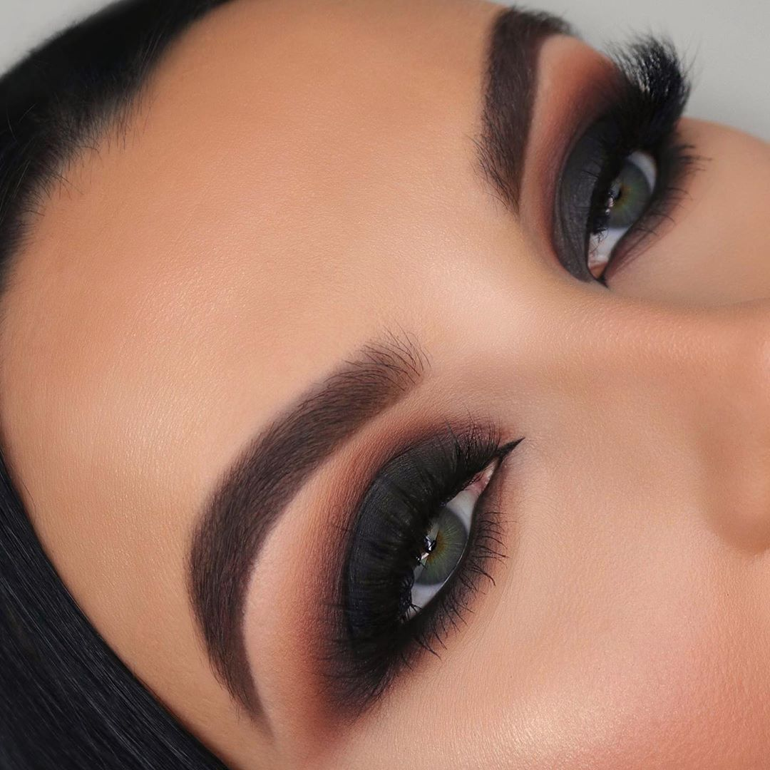 "Serena 🦋 on Instagram: ""M A T T E 💣 . Intense matte black smokey eyes, a classic 🖤 Who wants a tutorial?! 👀 . @anastasiabeverlyhills Dipbrow gel shade Dark brown…"" – Maquillaje"
