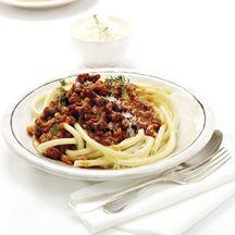 Bord macaroni met vork en mes ernaast