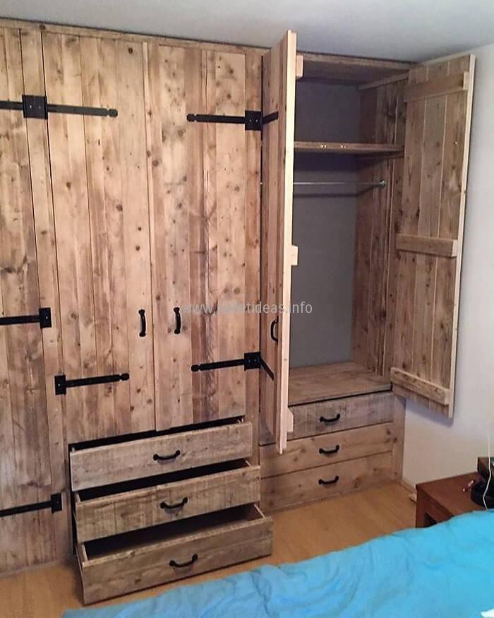 Adorable closet idea with upcycled pallets wood jojo for Armarios roperos rusticos baratos