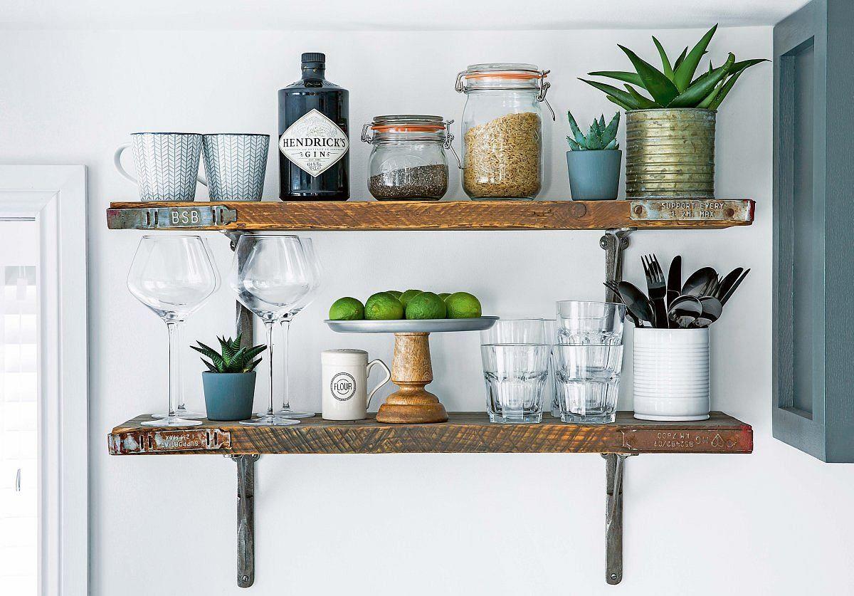 PO ZMIANIE Otwarte drewniane półki dodają kuchni nieco