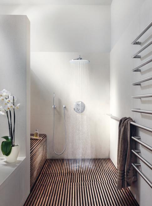 badkamer met houten vlonders op de vloer http://patriciaalberca ...