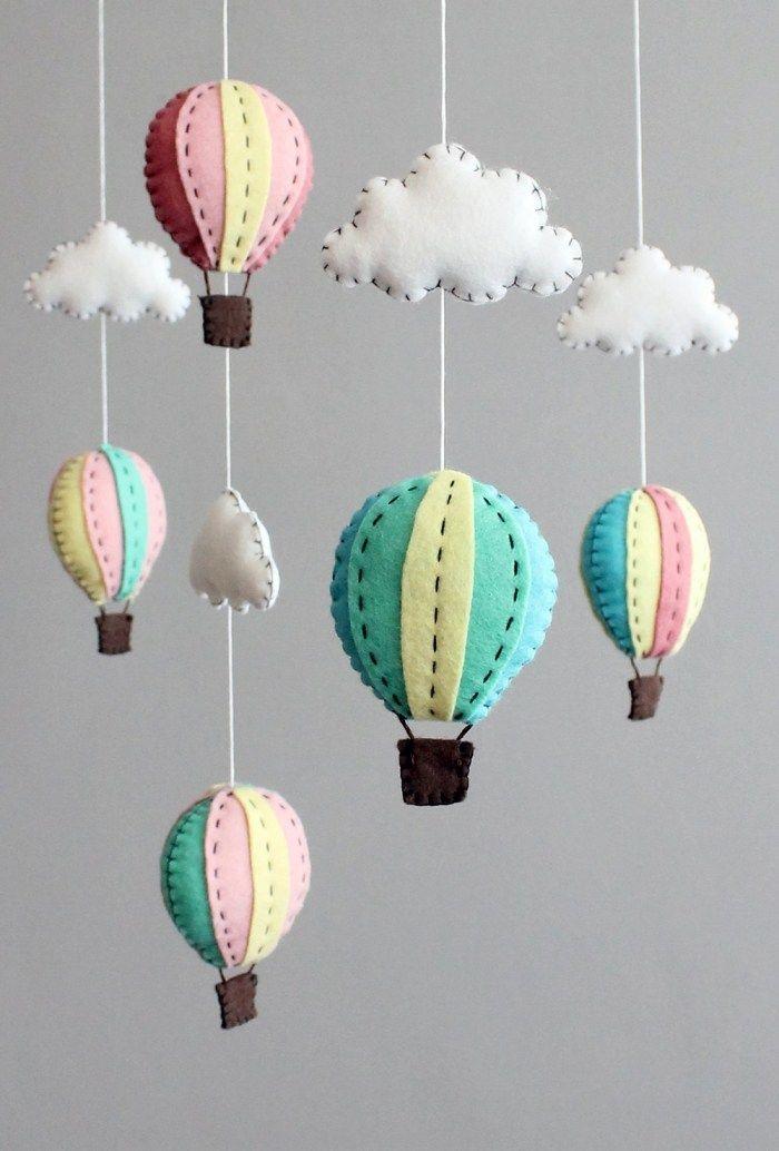 luftfahrt mit ballons mobile ber dem babybett aus filz. Black Bedroom Furniture Sets. Home Design Ideas