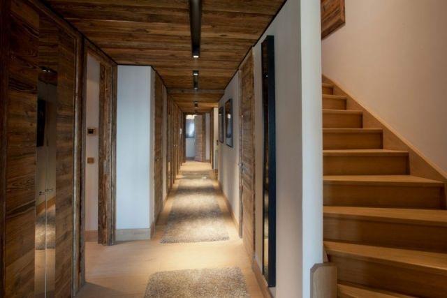 luxuriöse wohnnung decken balken im rustikalen stil-flur treppenhaus ...