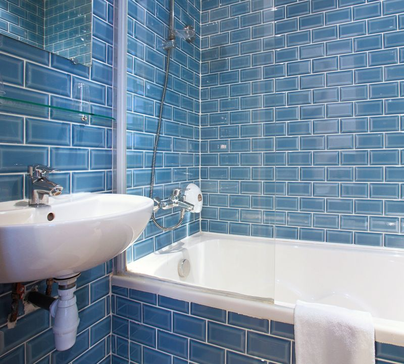 Rev tement mural d 39 une salle de bain avec du carrelage for Carrelage mural bleu