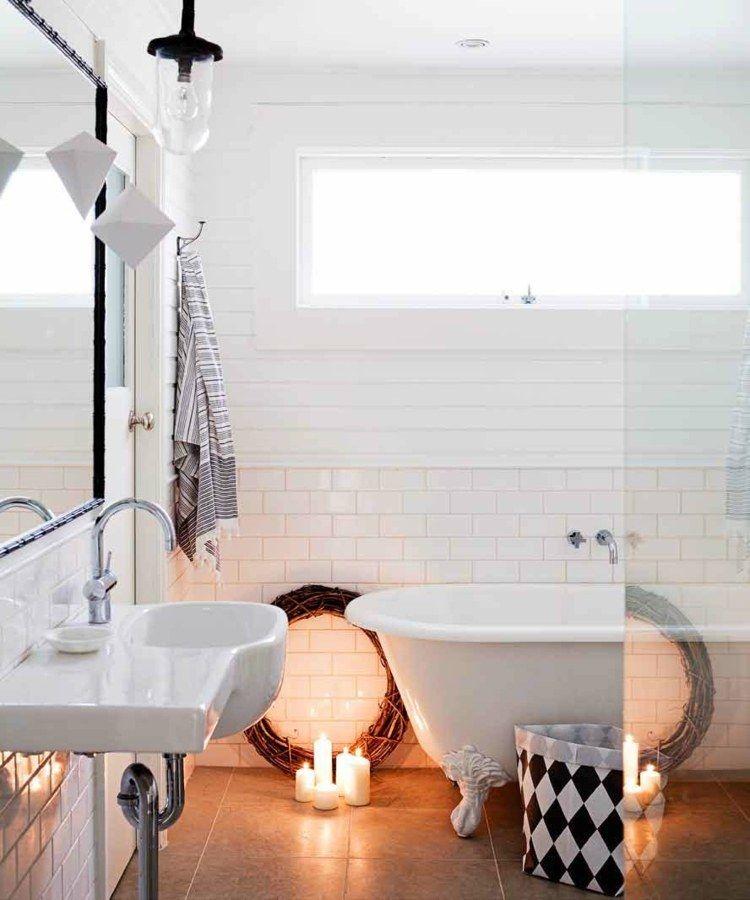 salle de bains de style nordique avec lambris mural blanc et