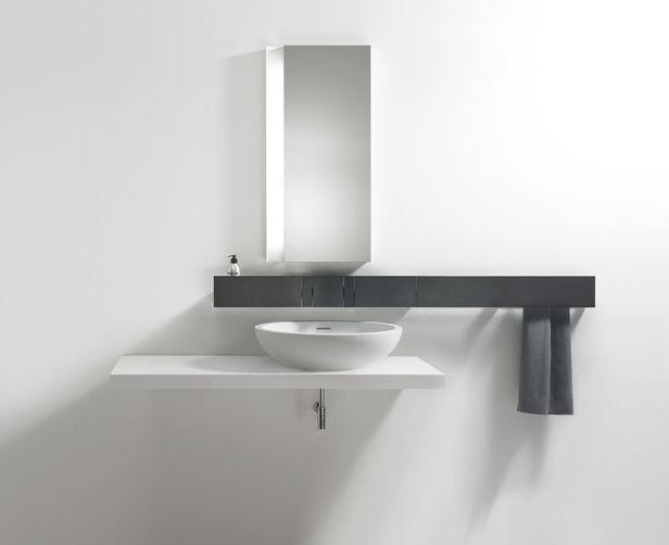 reforma bao minimalista en blanco y negro con lavabo sobre encimera extraplana espejo