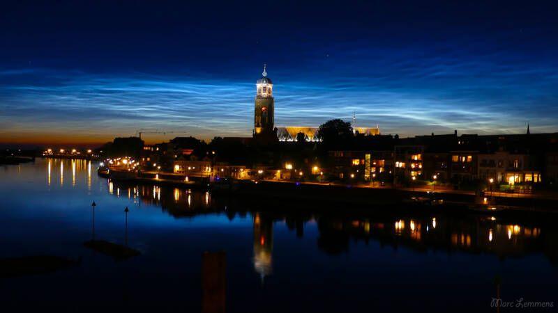 Lichtende nachtwolken verlichten de nederlandse lucht