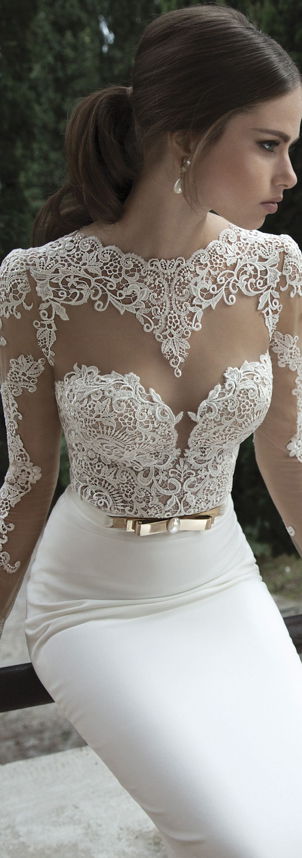 This would make for such an iconic look on your wedding day. A seriously figure hugging dress by @bertabridal.