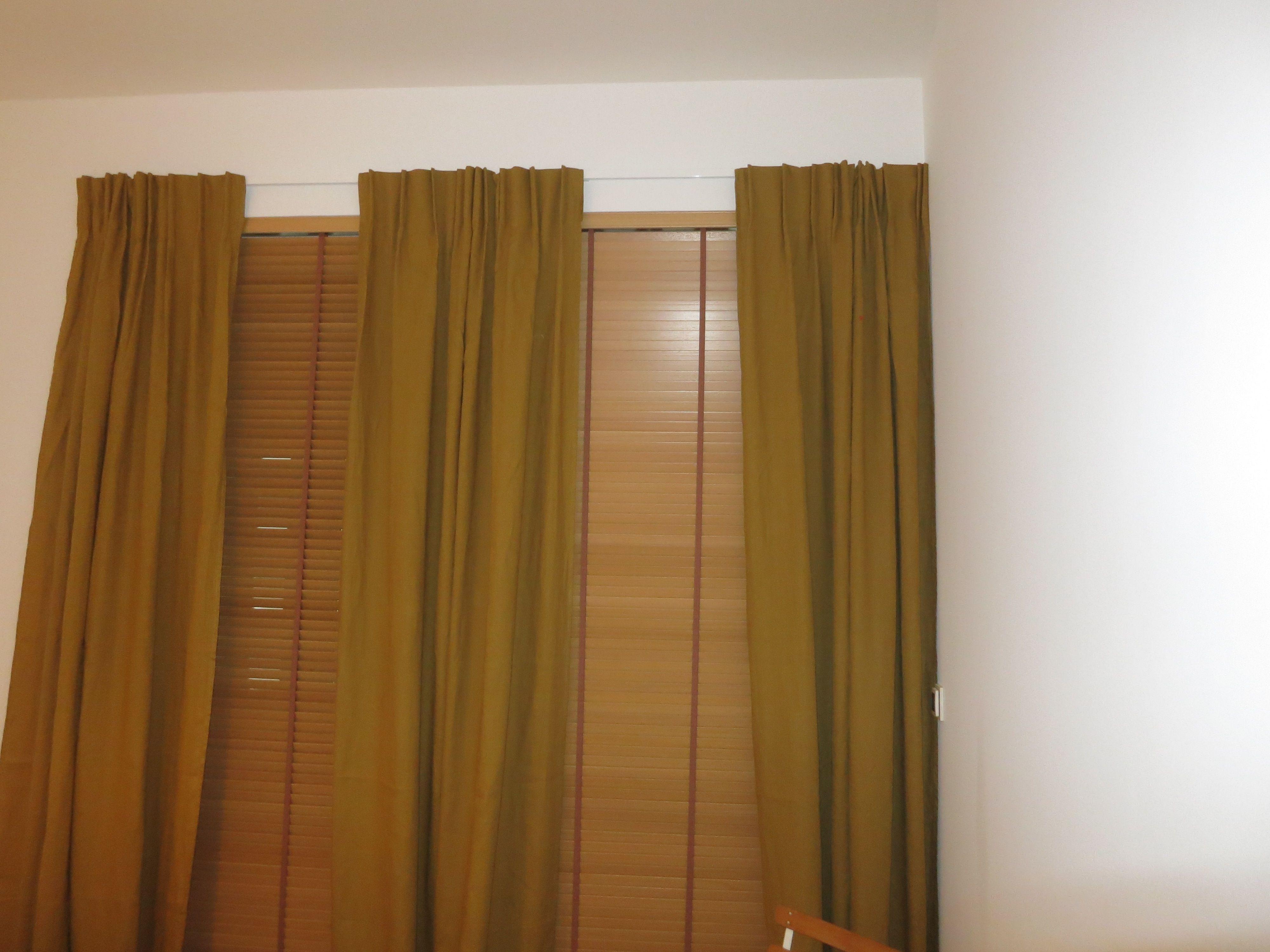 des rails blancs tr s fins presque invisibles pour soutenir ces rideaux en lin qui toffent une. Black Bedroom Furniture Sets. Home Design Ideas