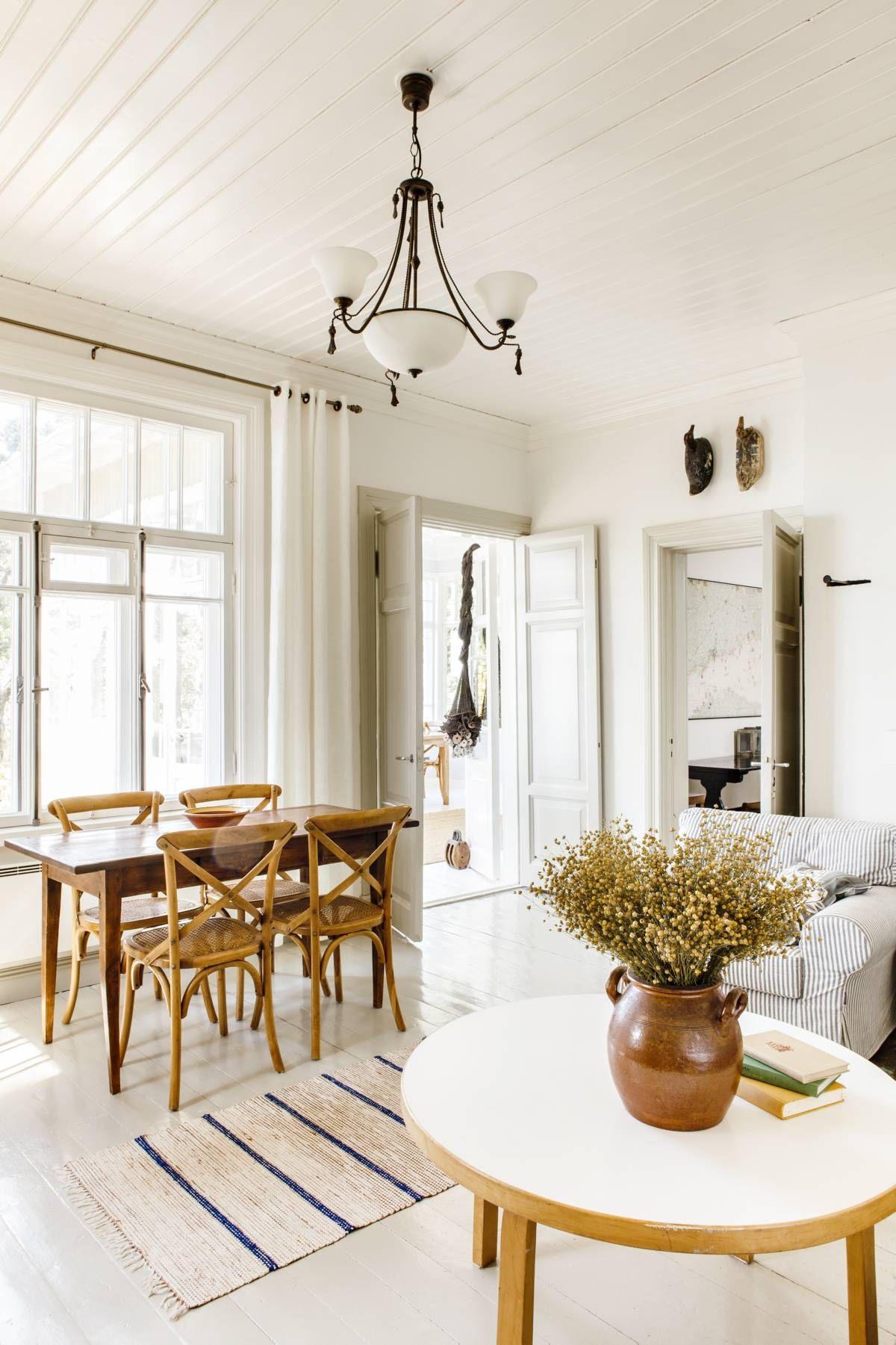 Olohuoneen ruokapöytä ostettiin Pariisin Clignancourtin ...
