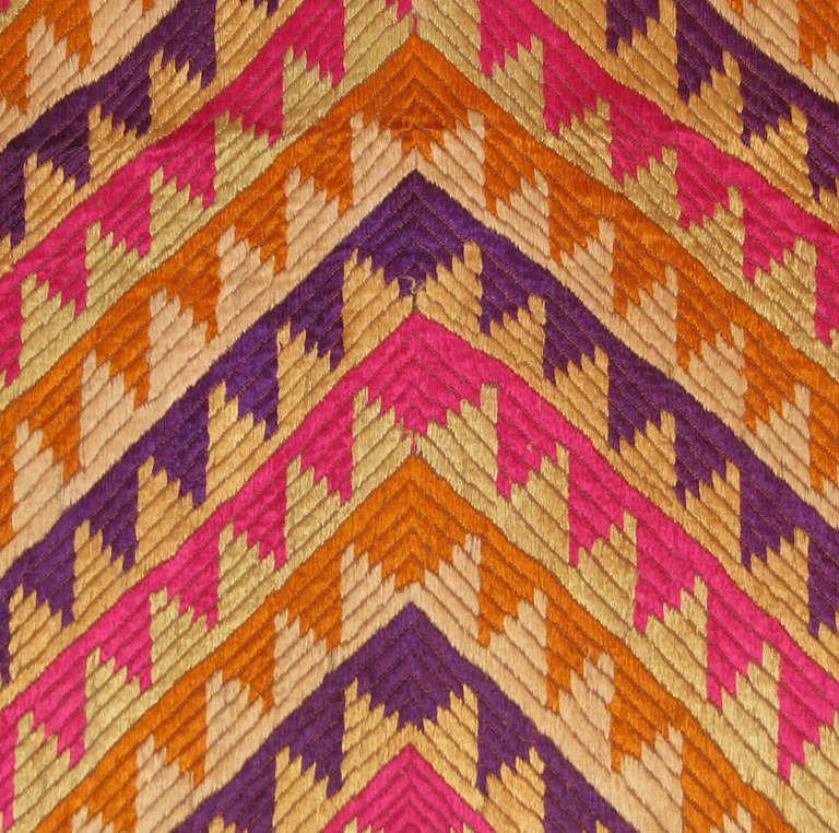 http://shard2.1stdibs.us.com/archivesE/upload/8566/44_13/me136249_det/ME136249_det_l.jpg Close up of embroidery work