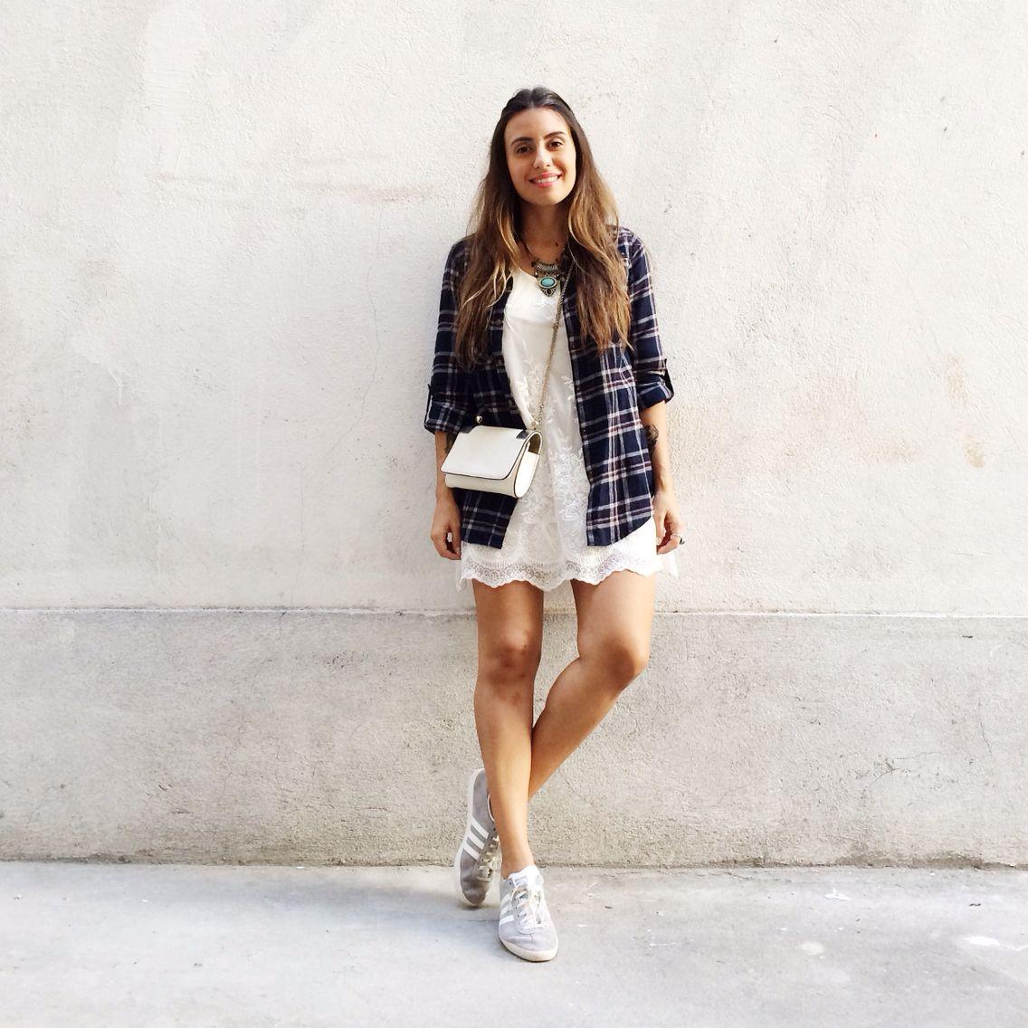 Look casual para um São João fora de época. Camisa xadrez + vestido de  renda + Adidas Gazelle d4a200cd5abc4