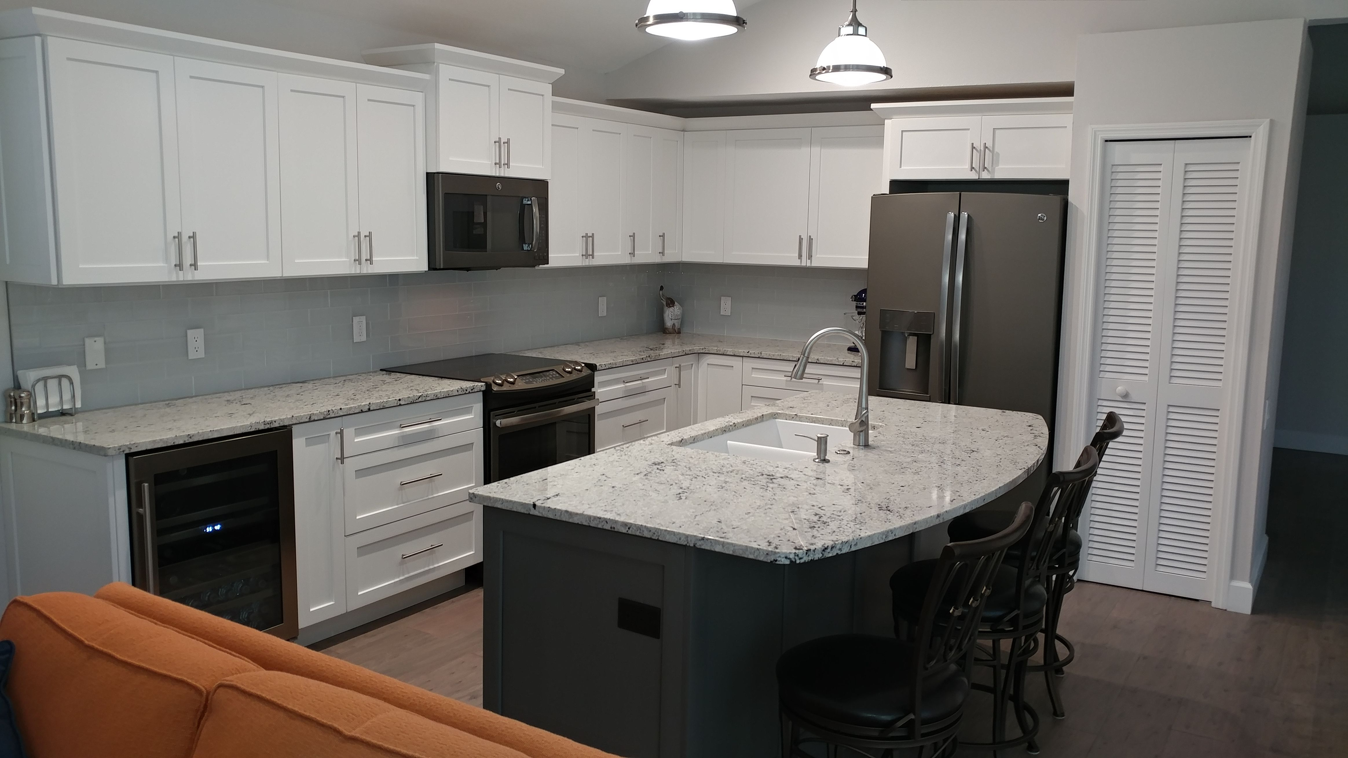 Slate Kitchen Appliances Chicago Faucets White Shaker Cabinets With Creekstone Island And Ge