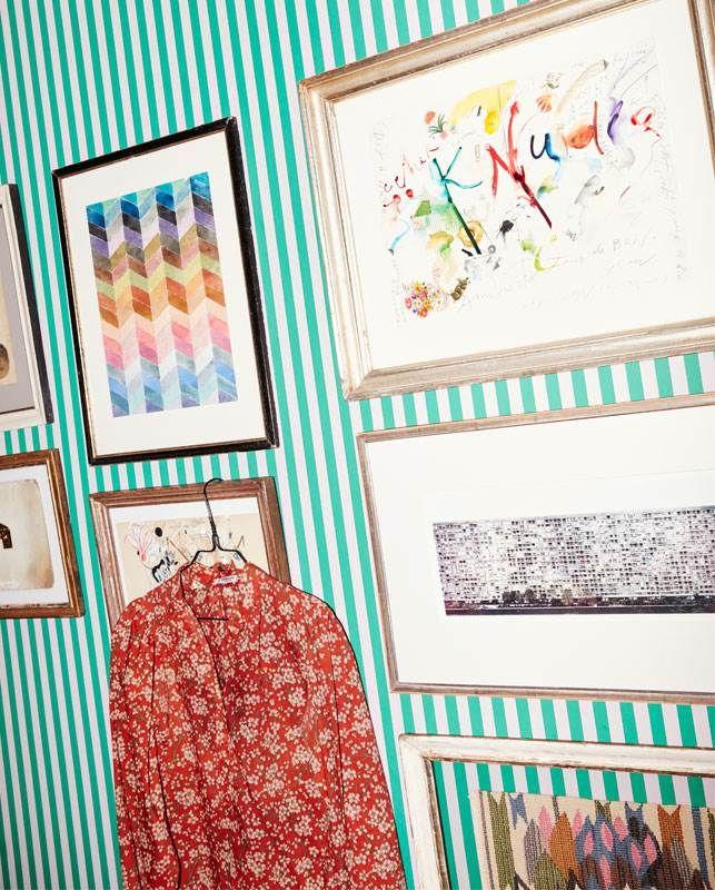 Vintageskjorte fra Yves Saint Laurent fundet i Paris. På væggen hænger værker af Märta Måås-Fjetterström, Andreas Gursky, Jean Tinguely, Jessica Ogden og Dash Snow.
