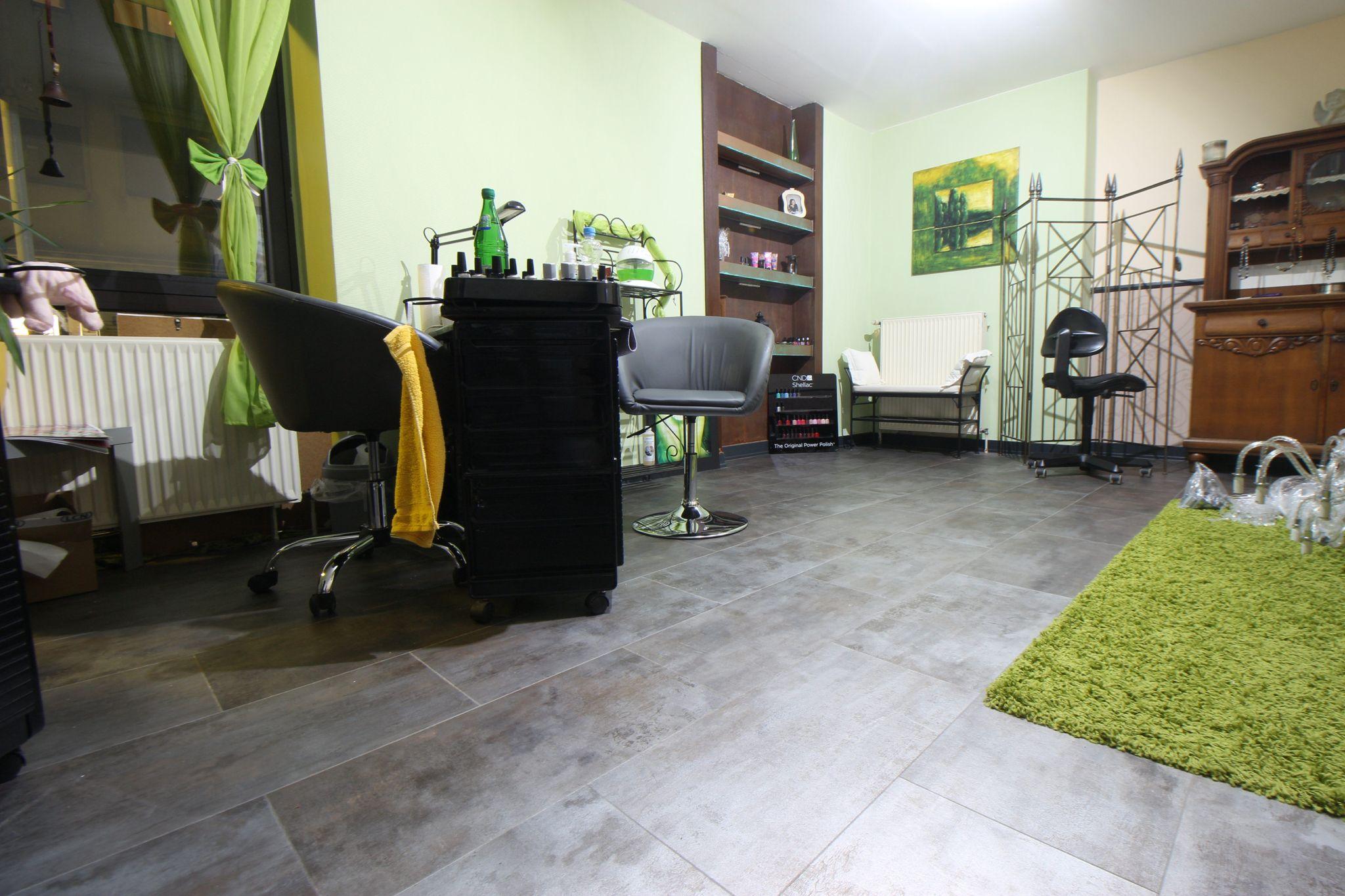 Boden und Wandgestaltung eines Nagelstudios  Kreative