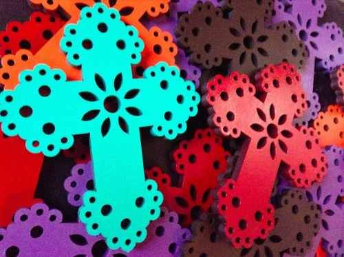 Cruz de madera tipo papel picado cruces pinterest for Papel para forrar madera
