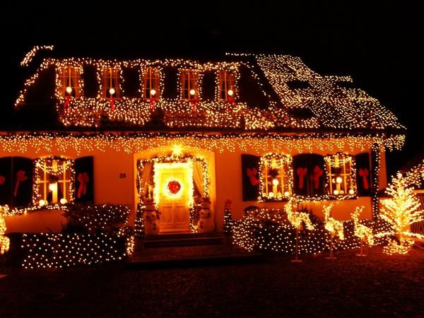 Picture of houses decorated for christmas