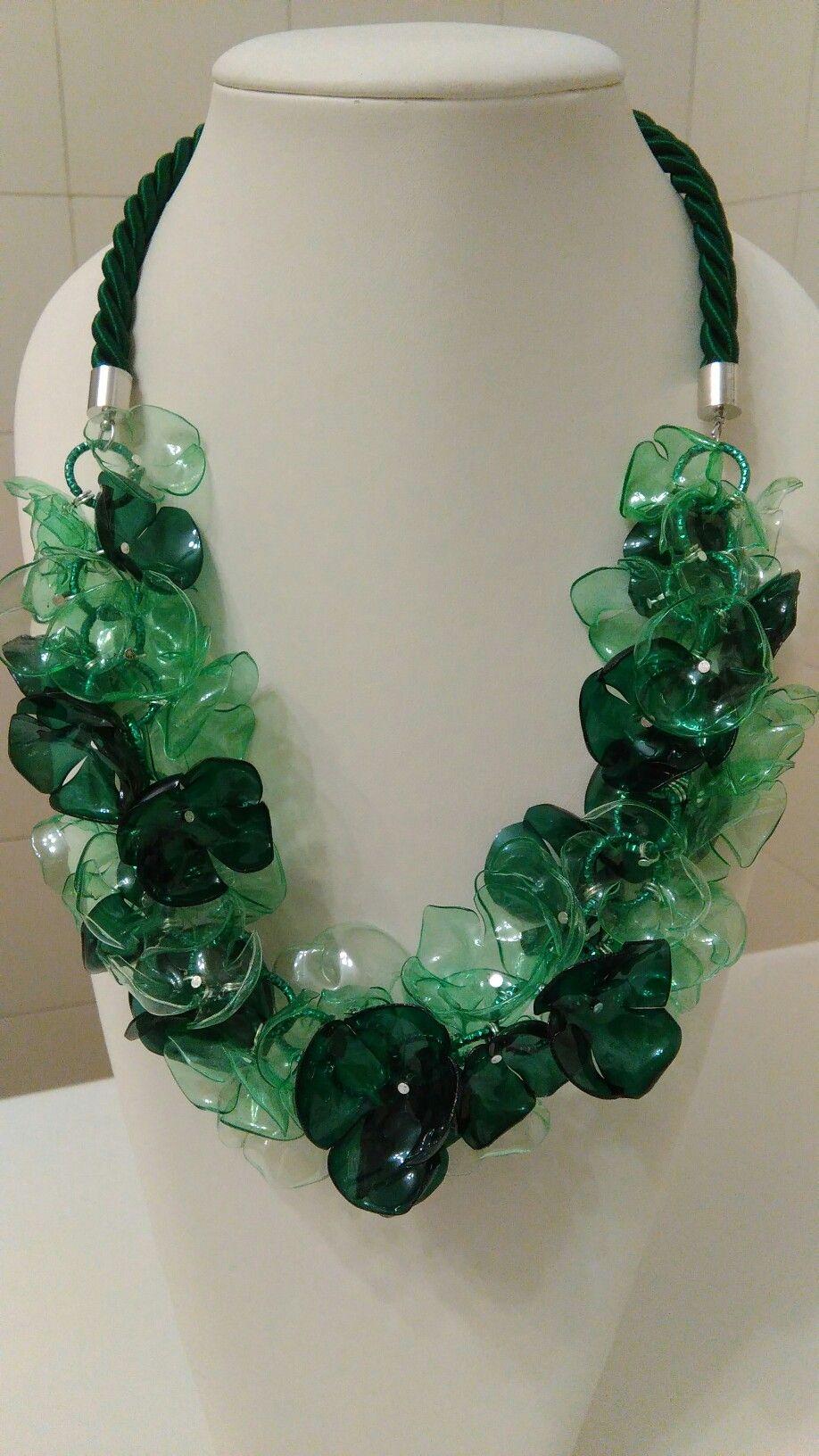Collana verde. Plastica riciclata, effetto vetro ...