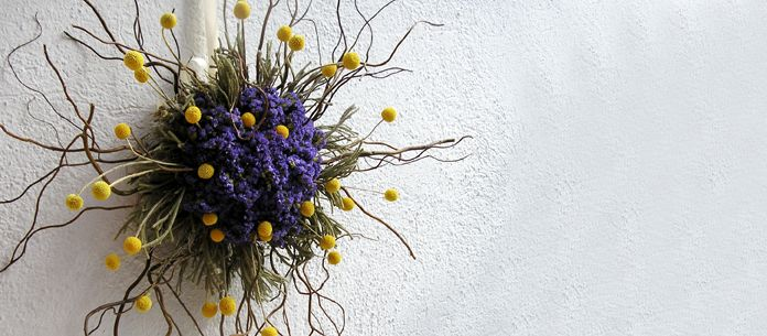 A star with the structure of branches and limonium and craspedia flowers. Diameter 55 cm.