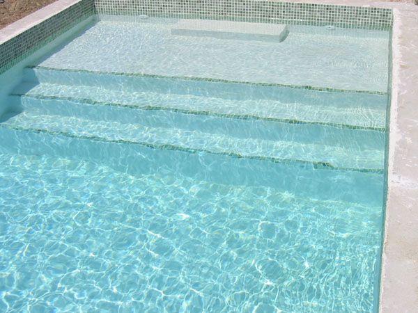 Détail du0027un escalier de piscine traditionnelle en béton et faience