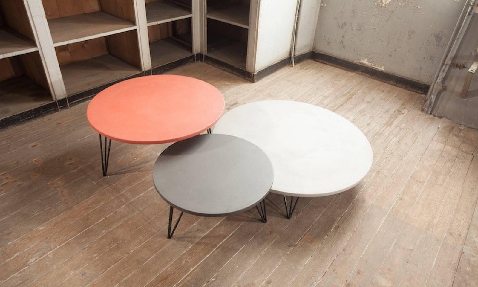 Une Composition De Tables Basses Rondes Avec Plateau Enduit