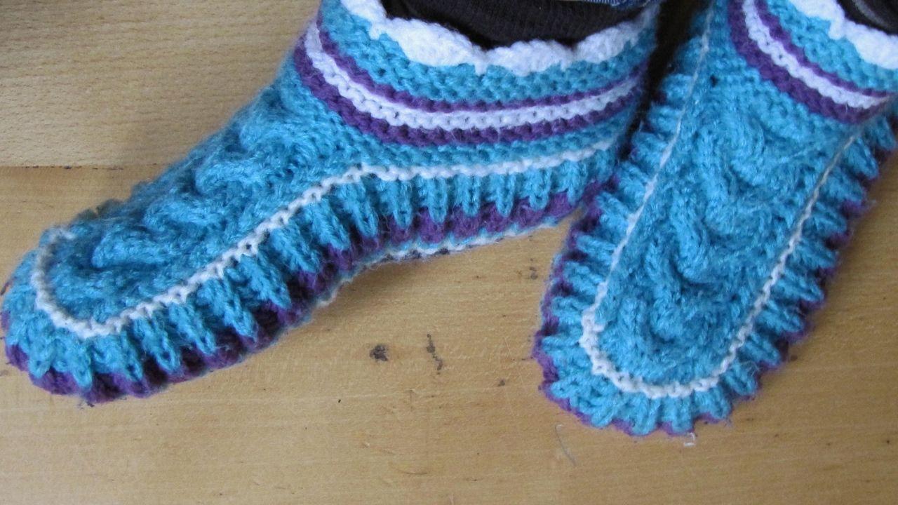 Schicke Puschen/ Socken mit Zopfmuster auf 2 Nadeln stricken ...