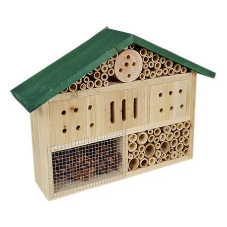Mit dem Insektenhotel aus Bambus, Holz und Zapfen geben