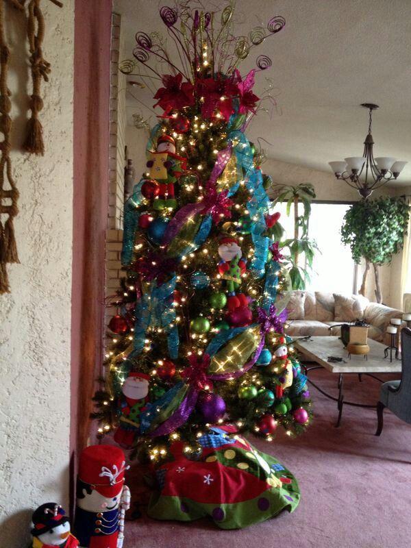Pino decorado navidad mica 39 s rboles de navidad - Decoracion arboles navidenos ...