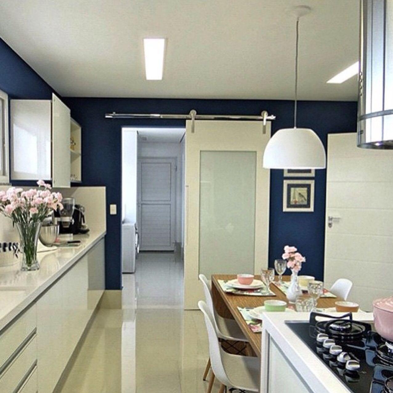 Cozinha com parede azul