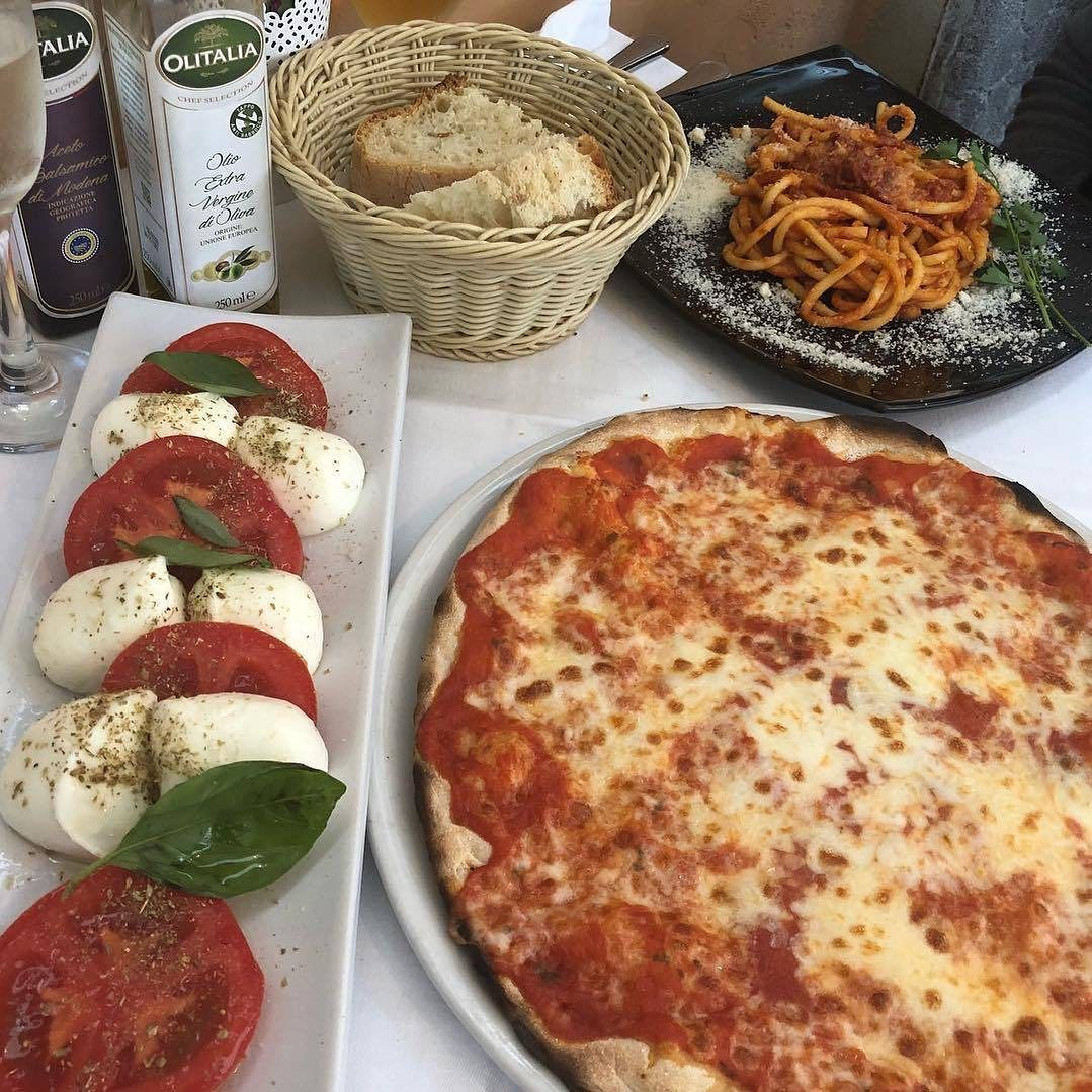 """𝚃𝙷𝙴 𝙿𝙰𝚁𝙸𝚂𝙸𝙰𝙽 𝙲𝙷𝙸𝚀𝚄𝙴 on Instagram: """"Caprese salad and pizza 🍅#theparisianchique 