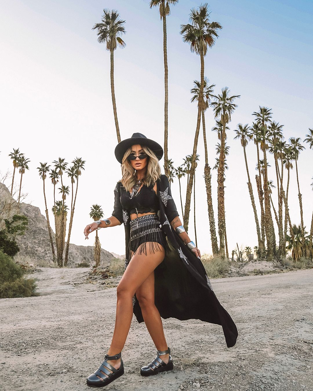 ce74f9490 Look Coachella, Micheli Fernandes, look preto, casaco preto estampa  estrelas, bota metalizada cano curto, chapéu preto, franjas, looks  festivais,