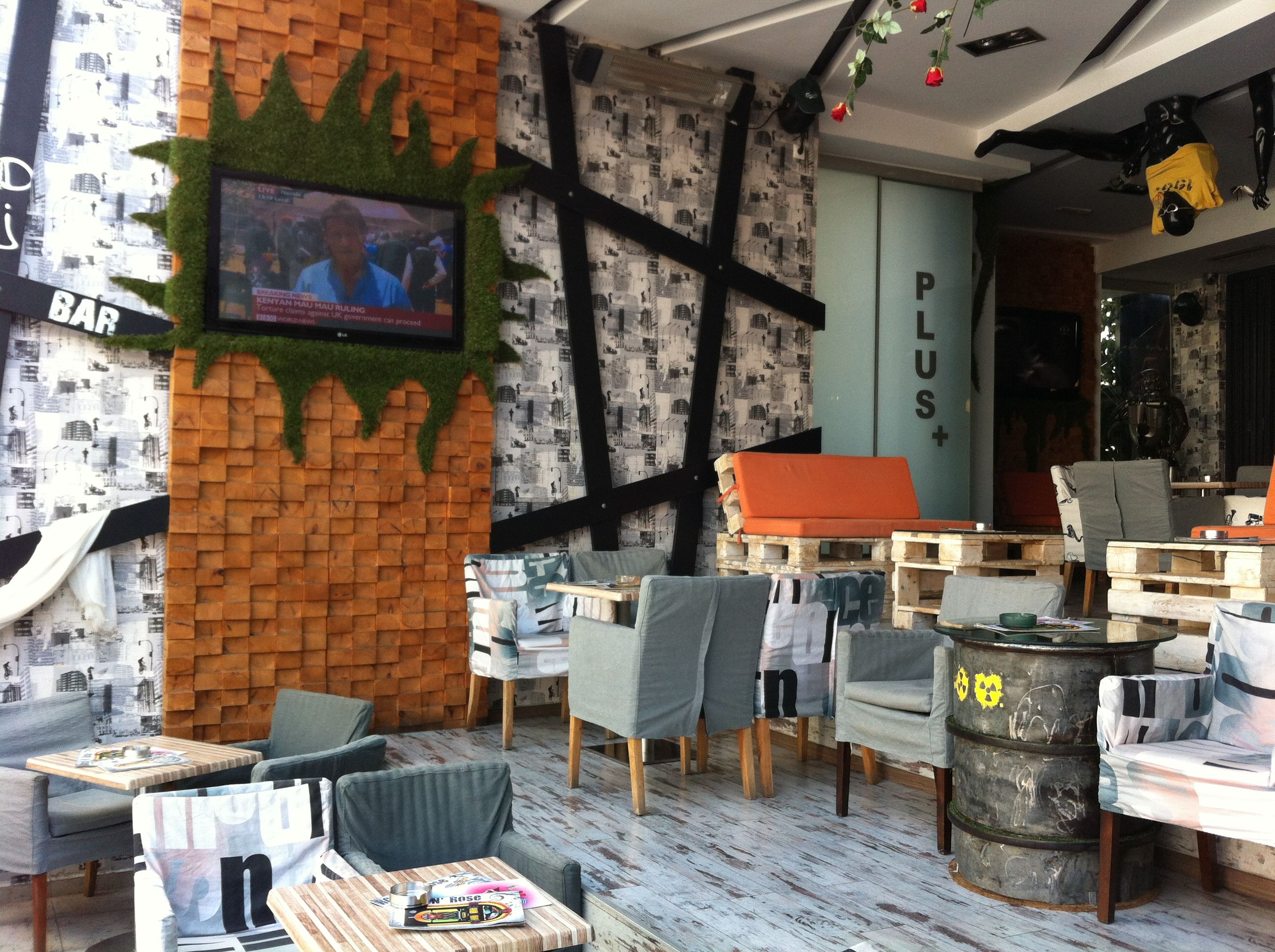 Sisustus, Kierrätys ja Ruoka: Mikä yhdistää otsikon mukaisia kolmea tekijää?  Ainakin yksi toimija, nimittäin: Yökerho / Baari / Ravintola Kreetan saarella Plataniaksen pääkadulla. Rock 'N Rose Restaurant Bar, jonka sisustus on tehty täysin kierrätysmateriaaleista ja  vielä tyylillä! #sisustussuunnittelu #kierrätyssisustuksessa