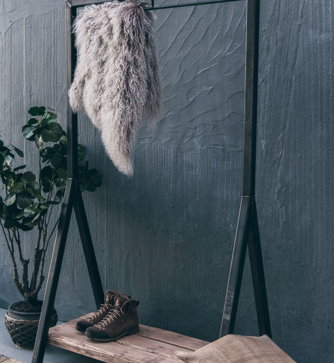 Industrielt stativ til tøj og sko - lavet af råt stål og rå planker ...