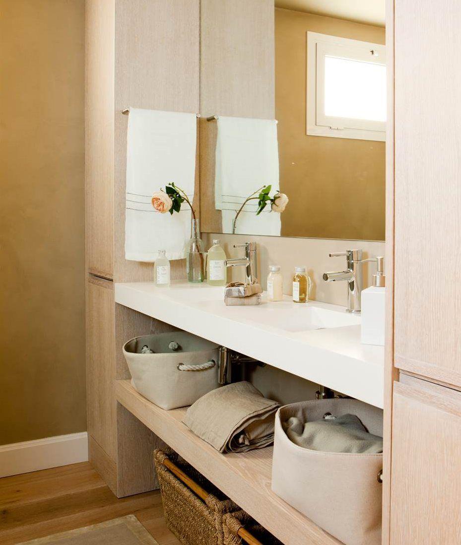 Mueble bajolavabo con cajón abierto. De madera blanca y lavamanos ...