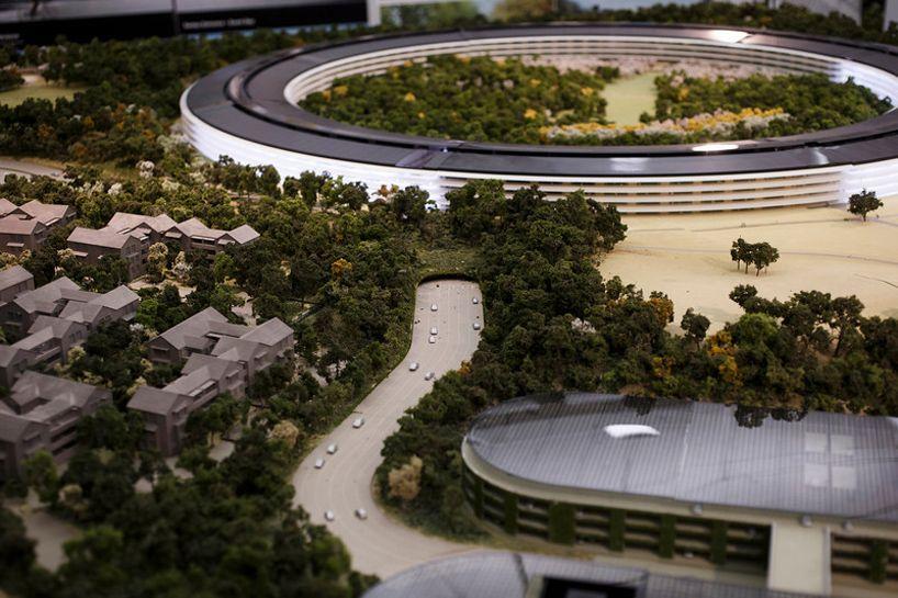 Il nuovo quartier generale di Apple a Cupertino è alimentato al 100% da energie rinnovabili, prodotte in parte con un impianto fotovoltaico da 17 megawatt installato sul tetto dell'edificio.