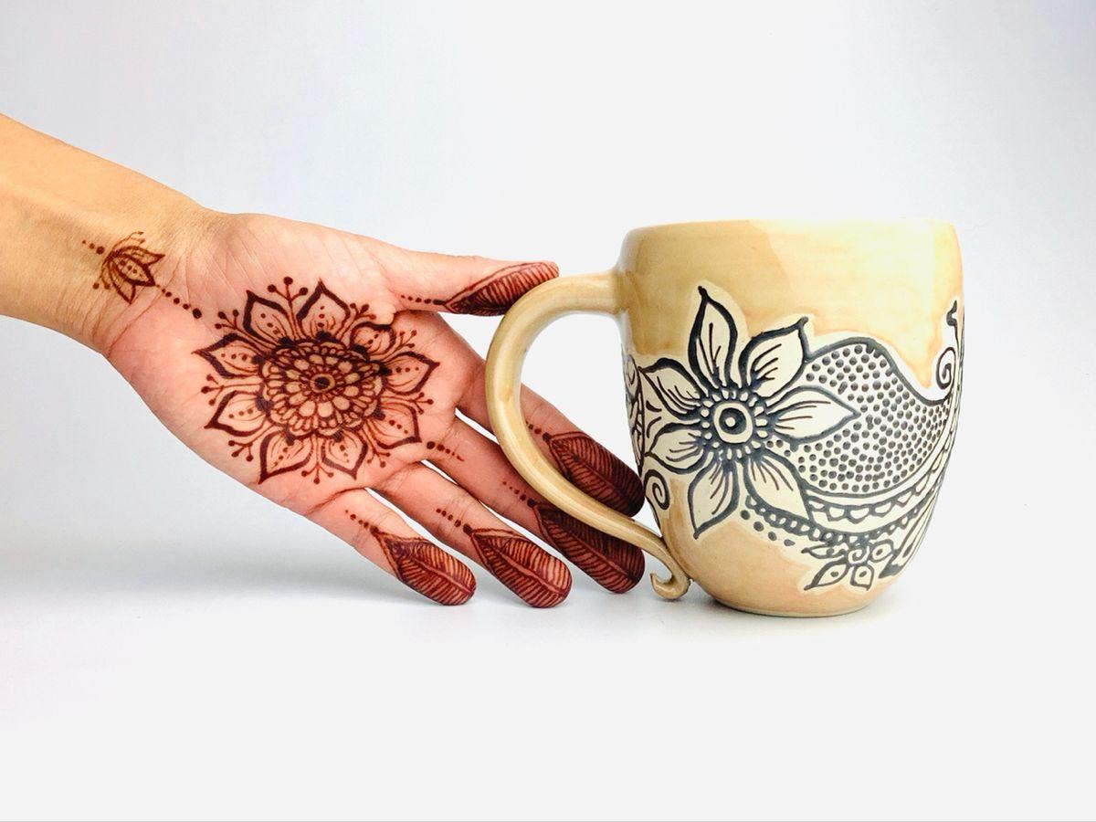 Jeannette Lee, a trained potter living in Germany, combines the beauty of henna patterns with her handmade pottery. Visit her website for more henna ceramics inspirations! #ceramics #henna #pottery #potteryart #handthrown #wheelthrown #handdrawn #mehndi #hennatattoo #potterydesign #mugshotmonday #tassen #kunsthandwerk