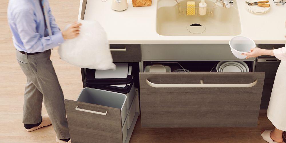 シンク横にゴミ箱をおけば 調理時のゴミ捨てが簡単 トクラスキッチン