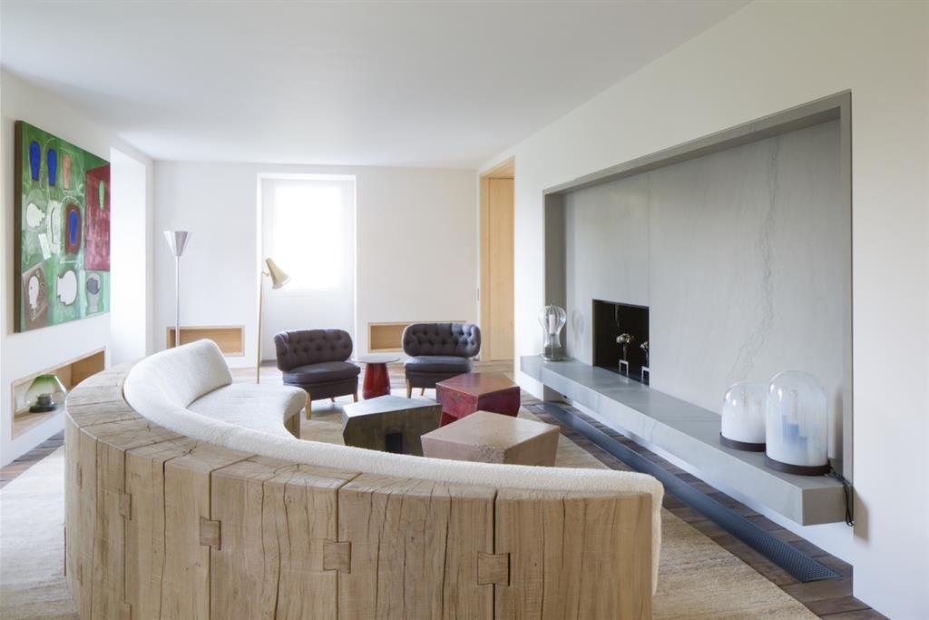 grand salon avec canap en arc de cercle loft ideas. Black Bedroom Furniture Sets. Home Design Ideas