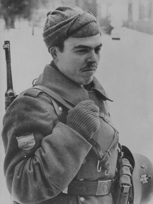 Spanish volunteer of the Blue Division during the winter 1941-42 near Moscow…