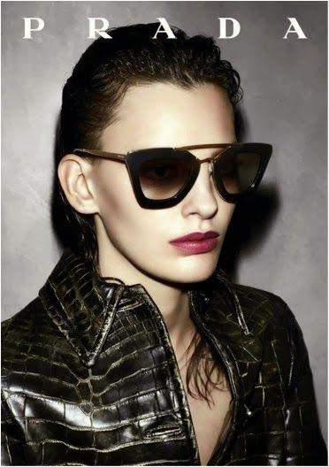d445a586a6 Las #gafasdesol más elegantes llevan el sello de #Prada . Para #mujeres  sofisticadas.