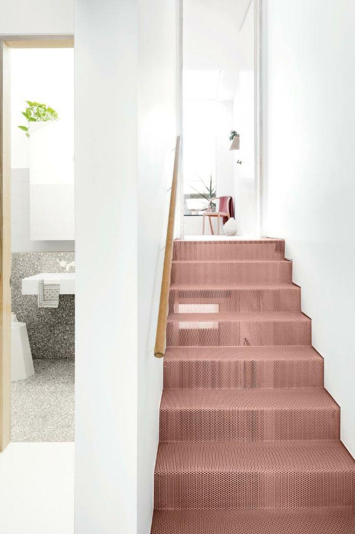 Treppe in Apricot, weiße Wandfarbe, Kombination aus zarten