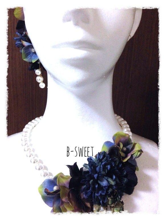 紫陽花とマムのネックレスですアンティークネイビーの紫陽花とマムがとても華やかな印象を与えてくれます。紫陽花の真ん中は全てパールをあしらっている為、オシャレ感が...|ハンドメイド、手作り、手仕事品の通販・販売・購入ならCreema。