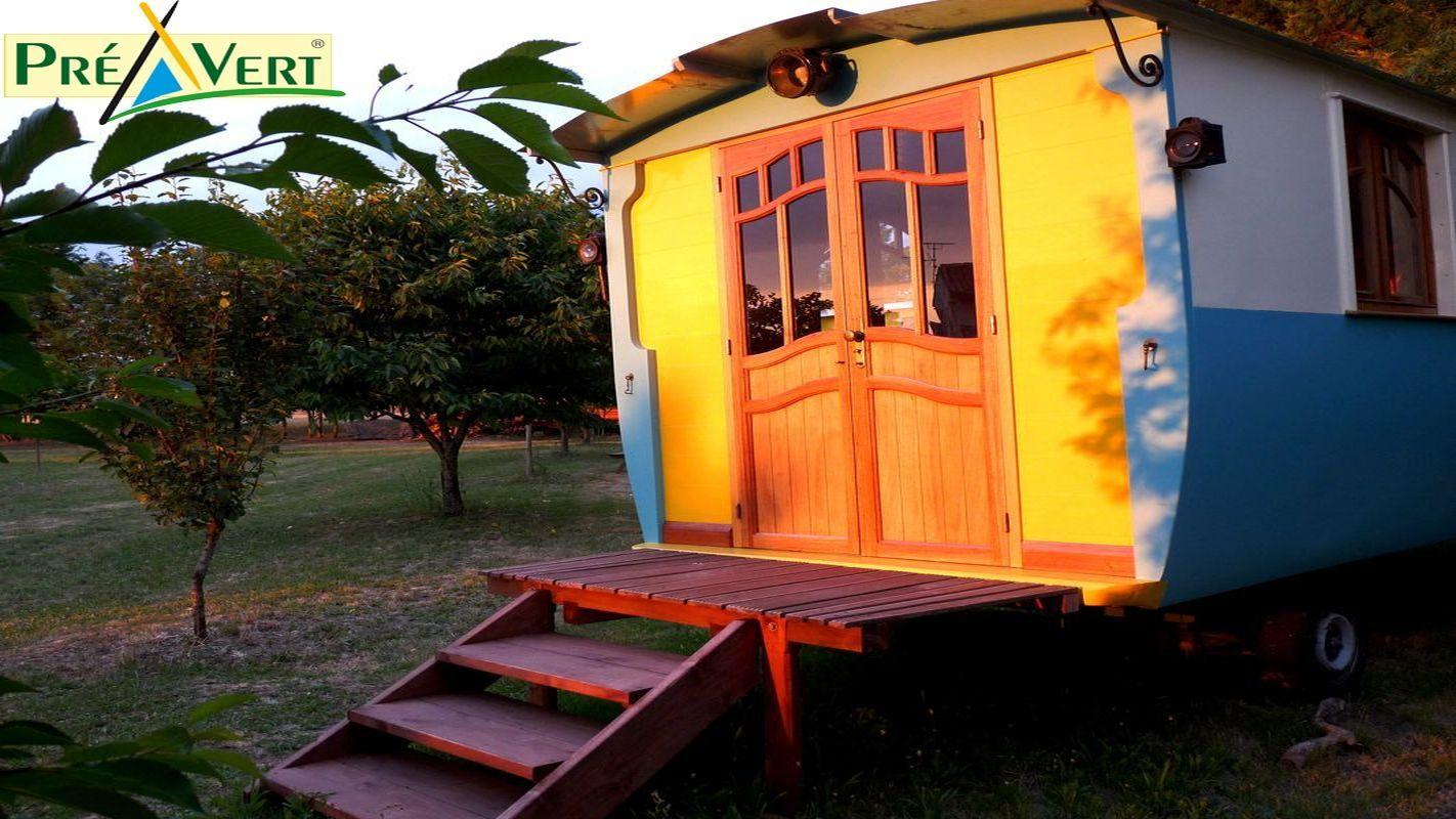 Dans un verger paysagé, ce petit camping familial séduit les amoureux de la nature. Ici, chacun s'installe à l'endroit de son choix. Les lieux sont particulièrement adaptés aux campeurs sous tente, vans et petites caravanes.  Une piste cyclable verte le long d'un canal permet de ralier La Rochelle (à 8 km).  www.gites-de-france-atlantique.com référence 17G27601 - Bellecroix