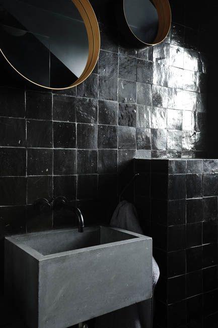 Black Tile Concrete Sink Gold Mirror Schwarze Fliesen