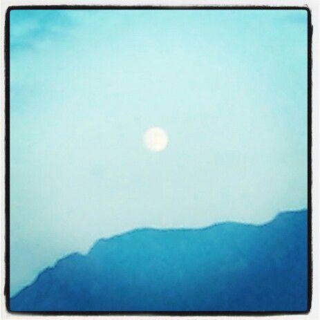 E tu da lassú con il tuo chiaror illumini il nostro mondo! #luna #lunapiena #moon #fullmoon #ligh #luce #inviaggio #viaggio #travelling #travel #family #famiglia #cielo #sky #instagood #goodtime #instanature #followme #natuere