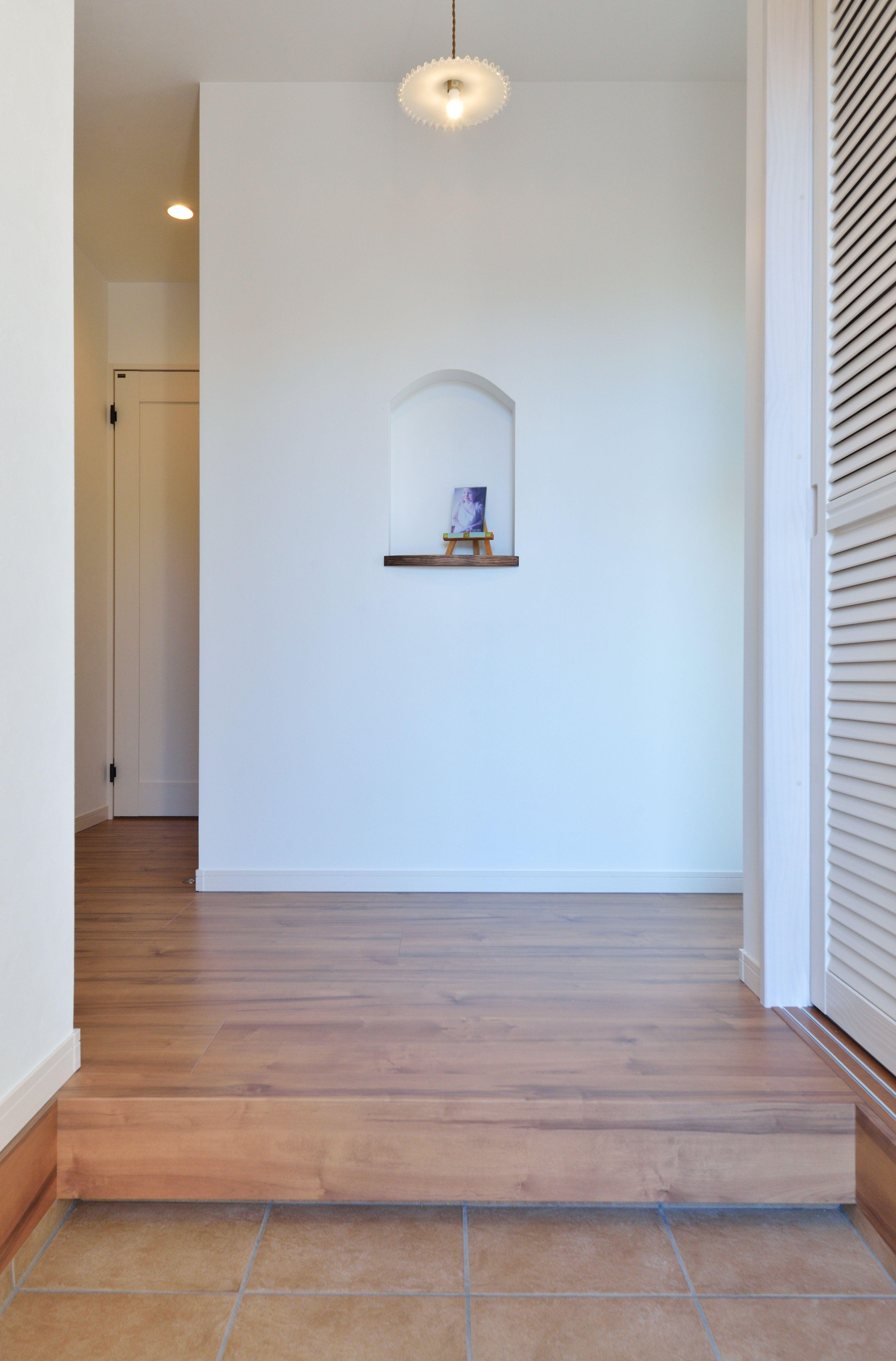 自然素材の素朴な風合いが おうちカフェのような家 洗面室 おしゃれ カフェ 造作 マイホーム 玄関 ニッチ プロヴァンス風 暮らし 家 玄関ホール 壁紙 インテリア 家具