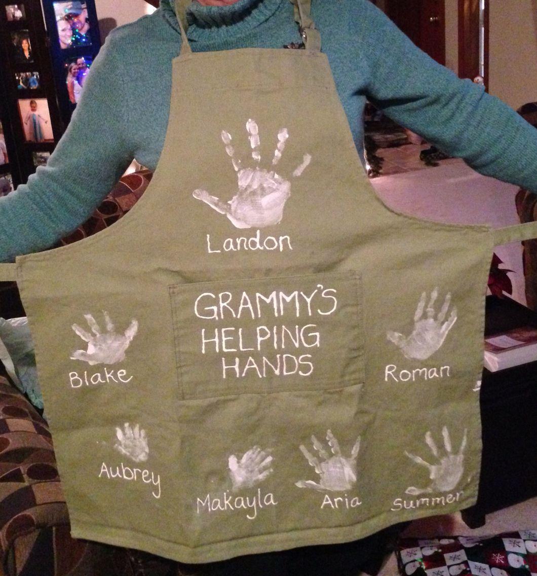 Handprint apron gift for Grandma! Christmas gifts for