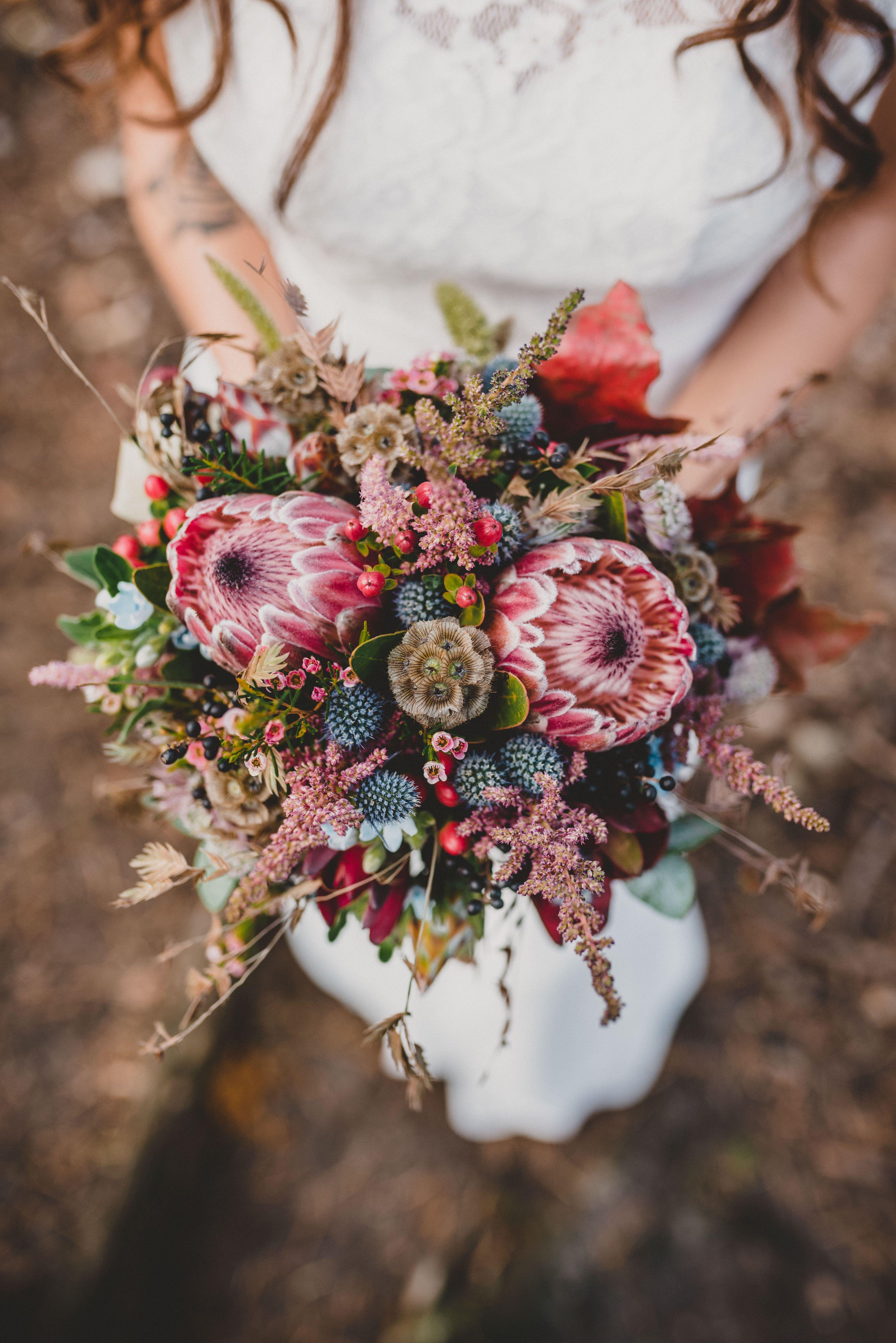 Boho-Brautstrauß mit King-Protea für ein Wedding Shoot im Wildpark #herbsttischdekorationen