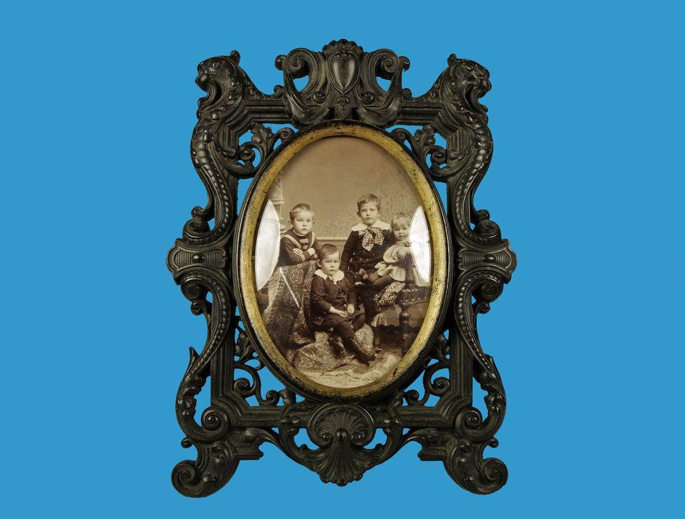 Ebonit- bzw. Guttapercha Rahmen mit feiner Pseudoschnitzerei um 1860/70 selten!