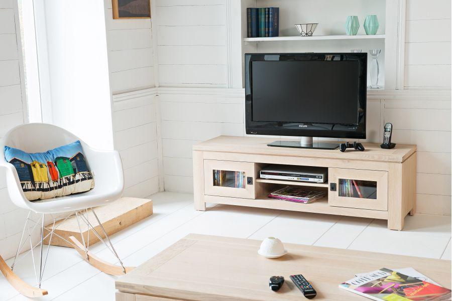 Meuble Tv Bas Moderne Boston En Chene Blanchi Hellin Fr Salle A Manger Bois Massif Mobilier De Salon Et Meuble Tv Bas